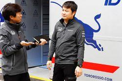 Personal de Honda en la conversación fuera del garaje de la Scuderia Toro Rosso