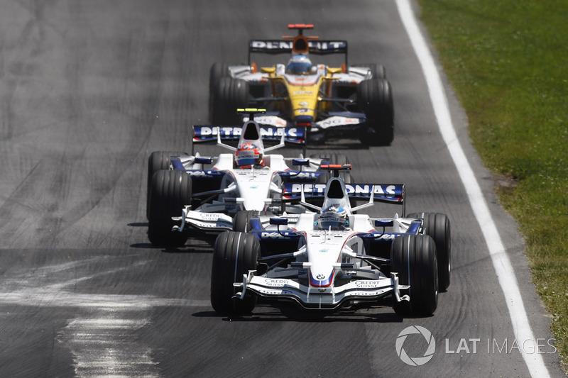 На тяжелой машине Хайдфельд стал едва ли не самым медленным на трассе и откровенно сдерживал шедших позади Кубицу и Фернандо Алонсо