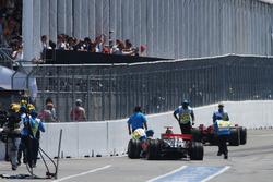 Lewis Hamilton, McLaren Mercedes MP4/23 ve Kimi Raikkonen, Ferrari F2008 pit yolunda kaza yapıyor