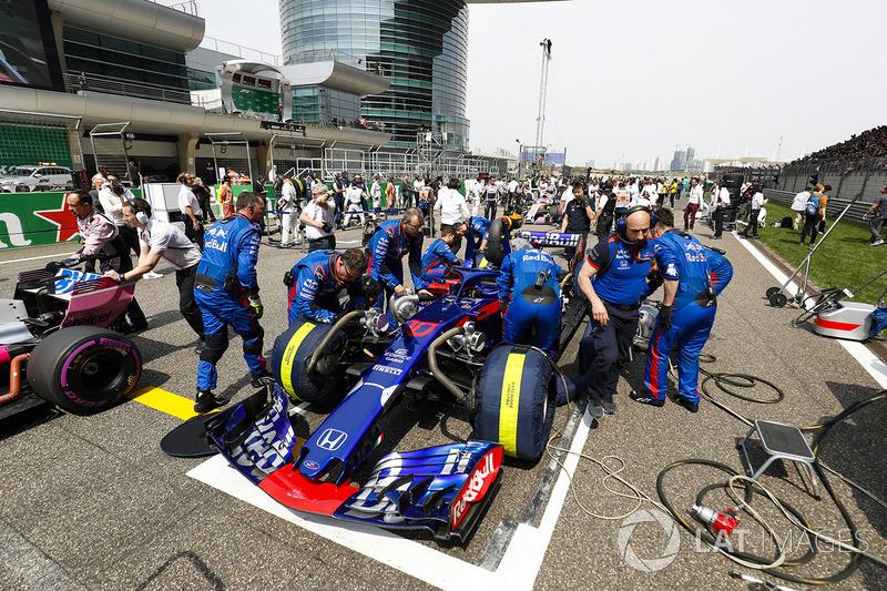El equipo de Toro Rosso prepara el coche de Pierre Gasly, Toro Rosso STR13 Honda, en la parrilla
