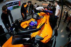 Fernando Alonso, McLaren MCL33 Renault, dans le garage
