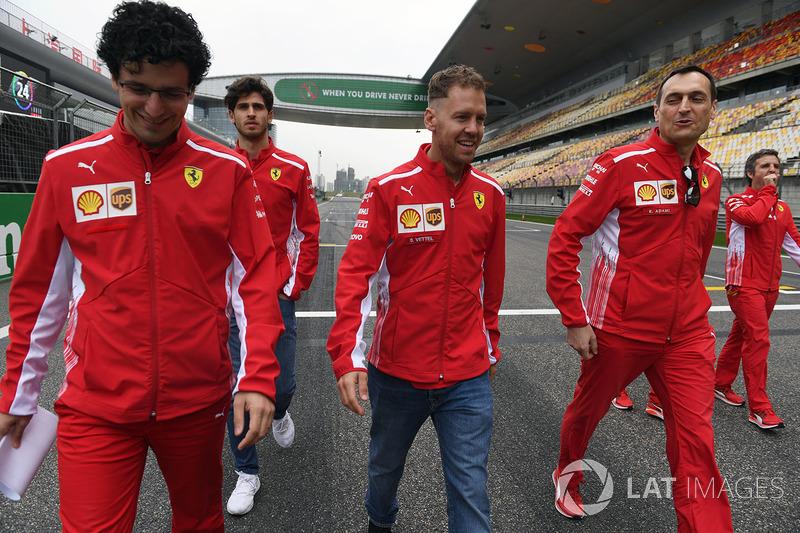 Sebastian Vettel, Ferrari, marche sur la piste avec Riccardo Adami, ingénieur de course