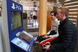 Pilotos jugando a FIFA en la Playstation