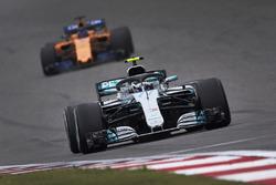 Valtteri Bottas, Mercedes AMG F1 W09, devant Fernando Alonso, McLaren MCL33 Renault