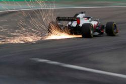 Romain Grosjean, Haas F1 Team VF-18 Ferrari, envoie des étincelles en l'air