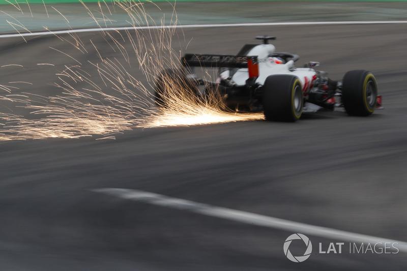 Romain Grosjean, Haas F1 Team VF-18 Ferrari, solleva scintille