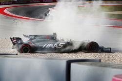 Romain Grosjean, Haas VF-17, gira y sale a la grava