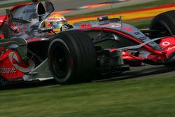 Podio: ganador de la carrera Lewis Hamilton, McLaren Mercedes, segundo lugar Fernando Alonso, McLare