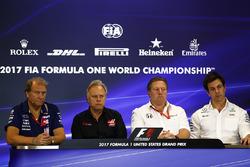 Заступник керівника Force India Роберт Фернлі, власник Haas F1 Team Джин Хаас, виконавчий директор McLaren Technology Group Зак Браун, керівник Mercedes AMG F1 Тото Вольфф