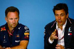 Toto Wolff, Director Ejecutivo, Mercedes AMG, y Christian Horner, Director del equipo, Red Bull Racing, en la conferencia de prensa del viernes