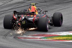 Max Verstappen, Red Bull Racing RB14 fait des étincelles