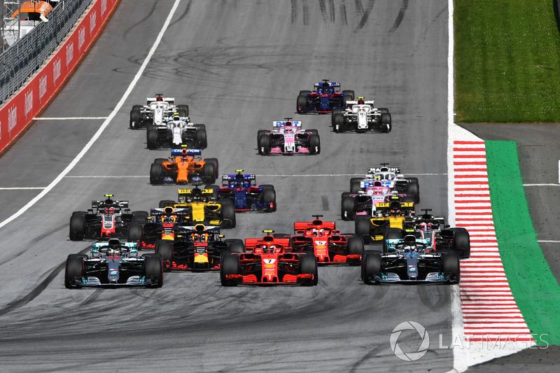 Lewis Hamilton, Mercedes-AMG F1 W09, Valtteri Bottas, Mercedes-AMG F1 W09 y Kimi Raikkonen, Ferrari SF71H, luchan al inicio de la carrera