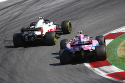 Kevin Magnussen, Haas F1 Team VF-18, battles with Esteban Ocon, Force India VJM11