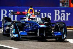 Emerson Fittipaldi, ex campeón mundial de F1 y ganador de Indy 500, conduce el coche de Fórmula E