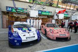 Машини #92 Porsche GT Team Porsche 911 RSR та #91 Porsche GT Team Porsche 911 RSR у спеціальній лівреї