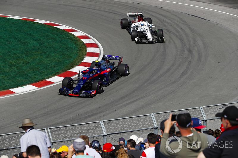 Pierre Gasly, Toro Rosso STR13, y Marcus Ericsson, Sauber C37