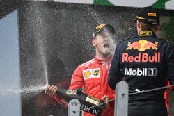 Racewinnaar Sebastian Vettel, Ferrari en Max Verstappen, Red Bull Racing op het podium