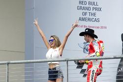 Podium : Andrea Iannone, Ducati Team, Ducati avec une Red Bull girl