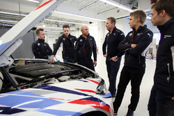 Ricky Collard, Nico Menzel, BMW-Sportchef Jens Marquardt, Dirk Adorf, Louis Delétraz und Jesse Krohn