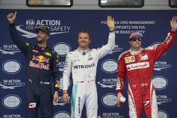 Le poleman Nico Rosberg, Mercedes AMG F1 Team, le deuxième, Daniel Ricciardo, Red Bull Racing, le troisième, Kimi Raikkonen, Ferrari