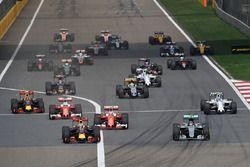 Daniel Ricciardo, Red Bull Racing RB12, und Nico Rosberg, Mercedes AMG F1 Team W07, in Führung nach dem Start