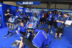 Mecánica de Suzuki MotoGP del equipo en el trabajo