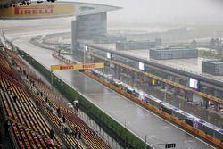 A wet and rainy start / finish straight