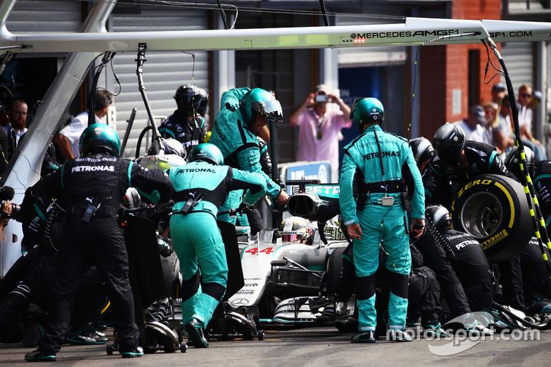 Lewis Hamilton, Mercedes AMG F1 W07 Hybrid makes a pit stop