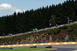Серхио Перес, Sahara Force India F1 VJM09 едет впереди Фернандо Алонсо, McLaren MP4-31