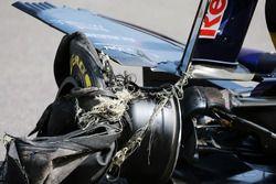 Carlos Sainz Jr., Scuderia Toro Rosso STR11 con un pinchazo y un alerón trasero dañado