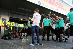 Le vainqueur Nico Rosberg, Mercedes AMG F1 Team fête sa victoire avec l'équipe