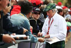 Jackie Stewart schreibt Autogramme für die Fans