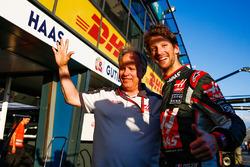 Gene Haas, Président de Haas Automotion fête la sixième place de Romain Grosjean, Haas F1 Team pour les débuts de l'équipe
