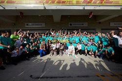 1. Lewis Hamilton, Mercedes AMG F1; 2. Nico Rosberg, Mercedes AMG F1, mit Lindsey Vonn, Gordon Ramse