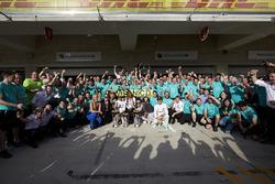 Winnaar Lewis Hamilton, Mercedes AMG F1 viert met Nico Rosberg, Mercedes AMG F1; Lindsey Vonn, Gord