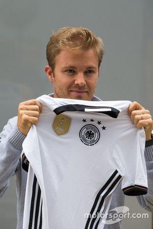 Nico Rosberg, Mercedes AMG F1 con una camiseta de fútbol de Alemania
