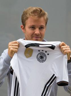 Nico Rosberg, Mercedes AMG F1 avec un maillot de l'équipe d'Allemagne de football