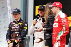 Le vainqueur Lewis Hamilton, Mercedes AMG F1 fête sa victoire sur le podium avec le deuxième, Max Verstappen, Red Bull Racing et le troisième, Kimi Räikkönen, Ferrari, et Noemi de Miguel