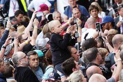 Lewis Hamilton, Mercedes AMG F1 firmar autógrafos para los fans