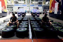Un mécanicien Red Bull Racing avec des pneus Pirelli