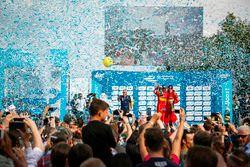 Le deuxième Daniel Abt, ABT Schaeffler Audi Sport et le troisième Lucas di Grassi, ABT Schaeffler Audi Sport célèbrent leur podium