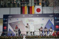 El podio: Andre Lotterer, #07 Audi Sport Team Joest Audi R18; Brendon Hartley, #01 Porsche Team Pors