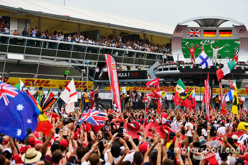 Sebastian Vettel, Ferrari y el ganador, Nico Rosberg, Mercedes AMG F1 celebra en el podium