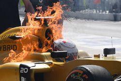 اندلاع النيران في سيارة كيفن ماغنوسن، رينو