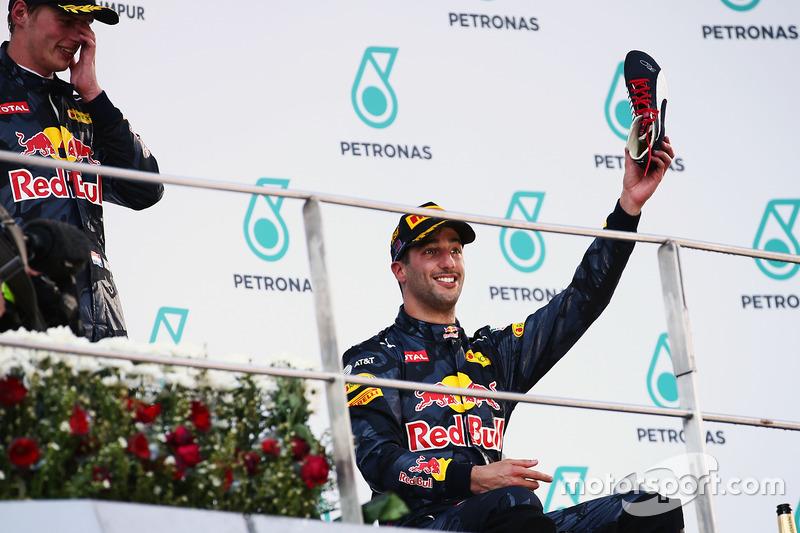 Ricciardo luce orgulloso su bota