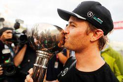 Le vainqueur Nico Rosberg, Mercedes AMG F1 fête le titre constructeurs de Mercedes