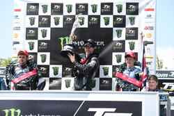 Podio: segundo lugar Michael Dunlop, Yamaha, ganador de la carrrera Ian Hutchinson, Yamaha, y tercer lugar Dean Harrison, Kawasaki