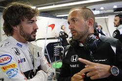 Fernando Alonso, McLaren MP4-31 in de garage met Matt Morris