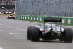 Carlos Sainz Jr., Scuderia Toro Rosso pega en el muro