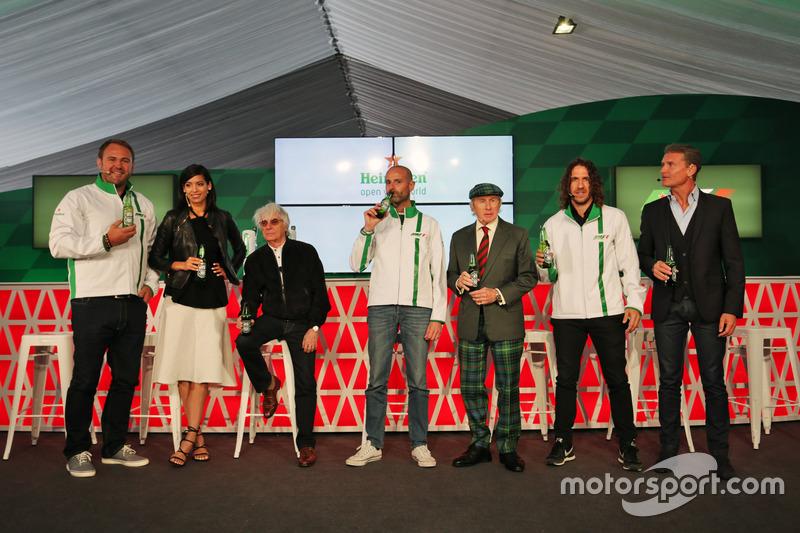 Scott Quinnell, jugador de Rugby; Stephanie Sigman, actriz; Bernie Ecclestone, jefe Global de Heineken de la marca; Jackie Stewart, ex jugador de fútbol, en el anuncio de patrocinio de Heineken